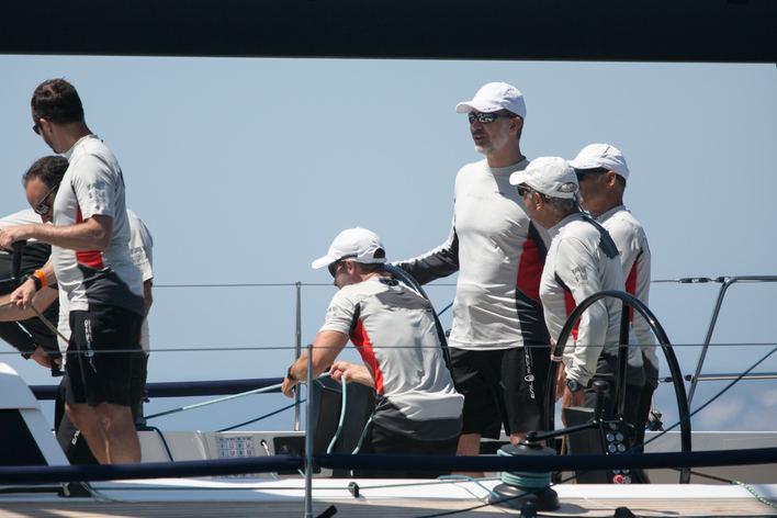 Felipe VI se embarca en el 'Aifos 500' en el primer día de la Copa del Rey