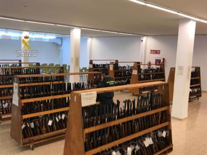 La Guardia Civil expone las 835 armas que saldrán a subasta el próximo 16 de septiembre
