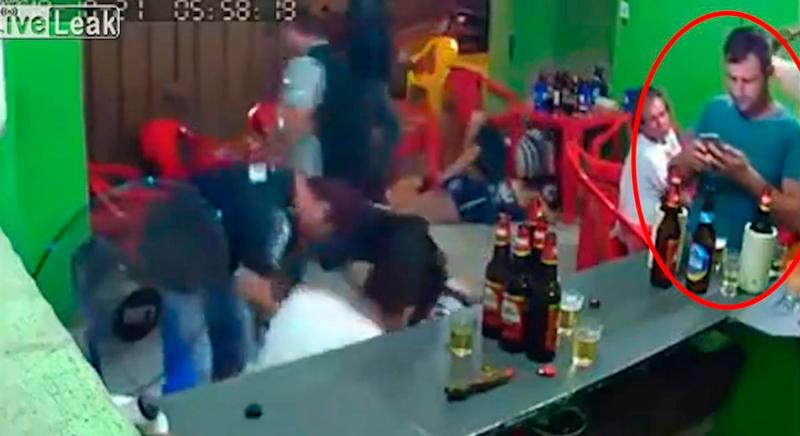 Atracan el bar y él ni se entera porque está enganchado al móvil