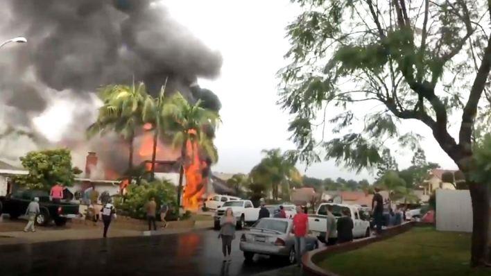 Cinco fallecidos al estrellarse una avioneta en una urbanización de California