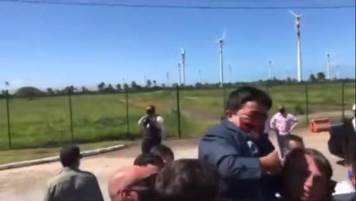Bolsonaro aupa a un hombre con enanismo creyendo que era un niño