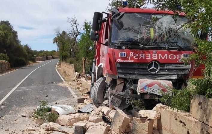 Un camión de los Bombers de Mallorca se estampa contra un muro en Llucmajor