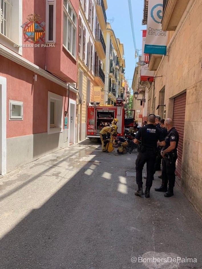 Basuras y residuos acumulados provocan el incendio de un local en Palma