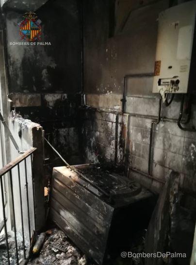 Bombers de Palma controlan un incendio en la coladuría de un piso en Bons Aires