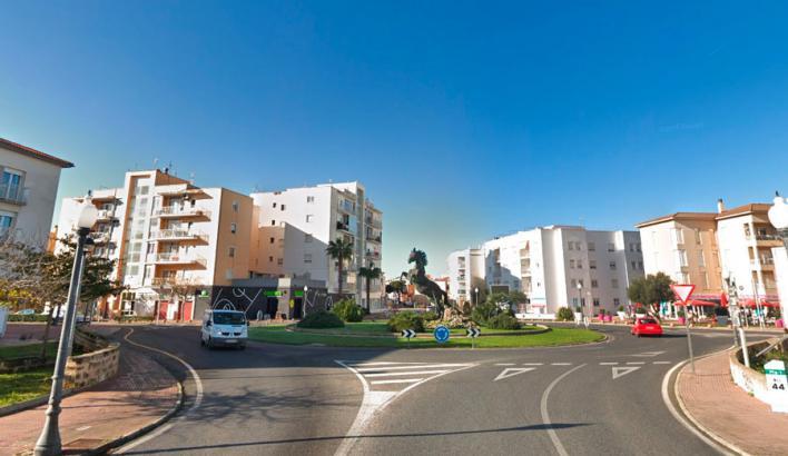 Muere un caballo tras ser golpeado por un coche y atropellado por otro en Ciutadella