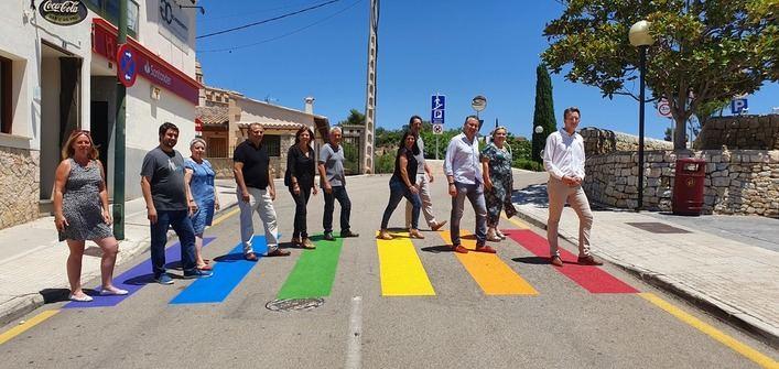 Calvià celebra el Día del Orgullo LGTBI, con un guiño a la bandera en el mobiliario urbano