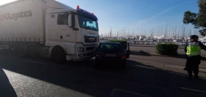 Choque entre un camión y un turismo en el Paseo Marítimo