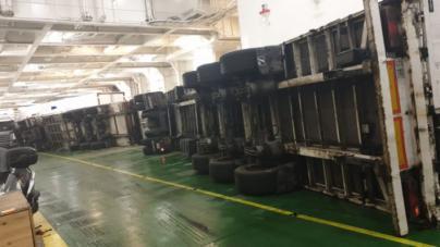 El vuelco de tres camiones en la bodega del ferry de Baleària bloquea la salida de otros 38