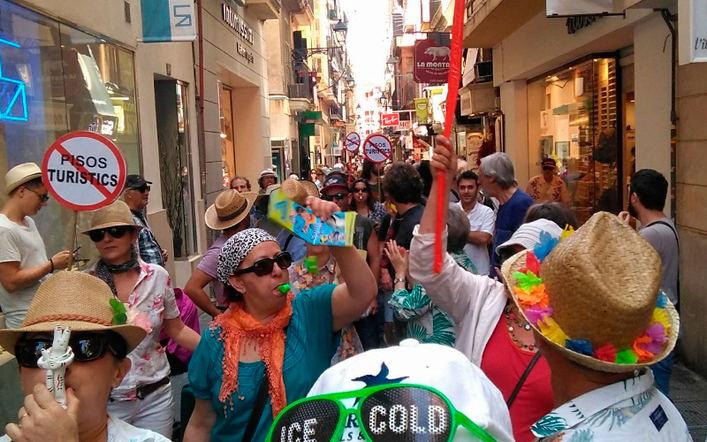 Vecinos 'hartos de la turistización' protestan con el 'Carril Guiri'