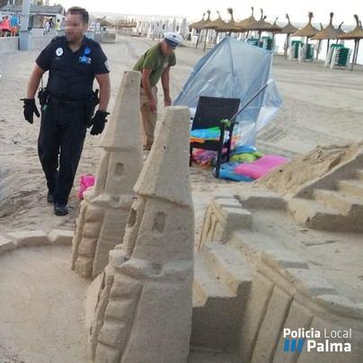 La Policía Local retira cinco castillos de arena de Playa de Palma