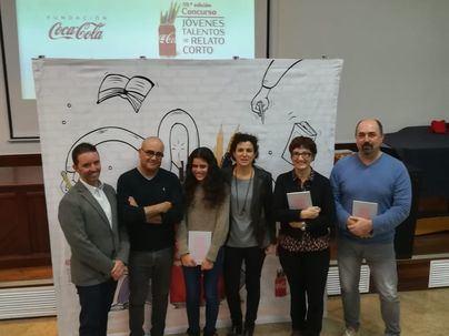 Coca-Cola entrega a las ganadoras de los certámenes literarios en Baleares el libro ilustrado que recoge su relato