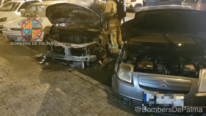 Arden de madrugada una furgoneta de Emaya, un coche y una máquina elevadora