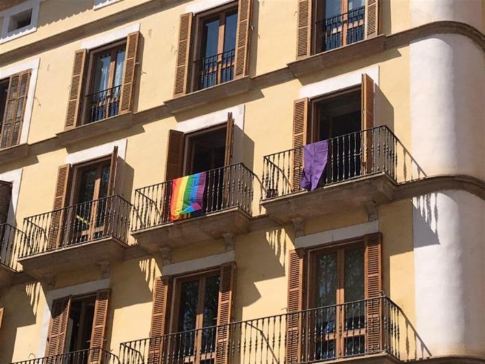 La Junta Electoral ordena quitar el lazo de Cort y Més cuelga una bandera feminista y otra LGTBI
