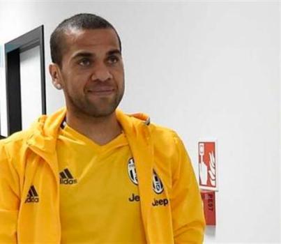 Alves reconoce tener pie y medio fuera del Barça