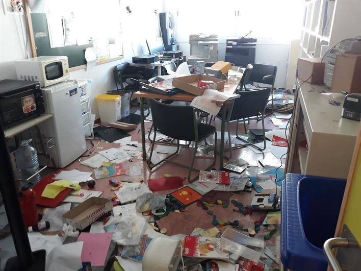 Destrozan mobiliario, realizan pintadas vandálicas y roban en un colegio público de Lloseta