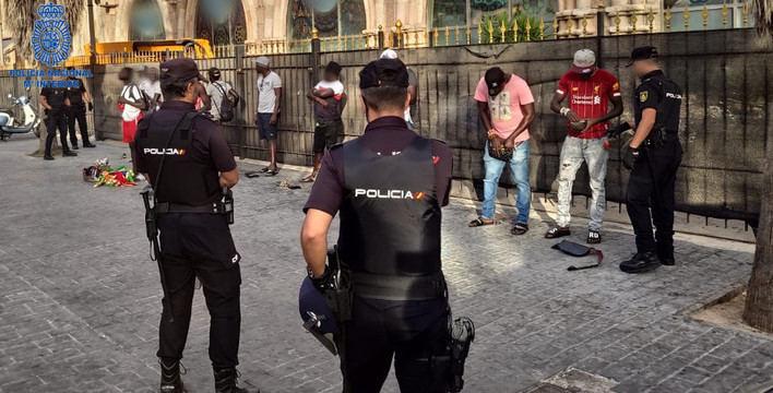 Ocho manteros detenidos por situación ilegal y otro por amenazas en Playa de Palma