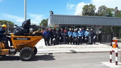 Empleados de Endesa participan en la recogida de residuos cerca de la central de Alcudia