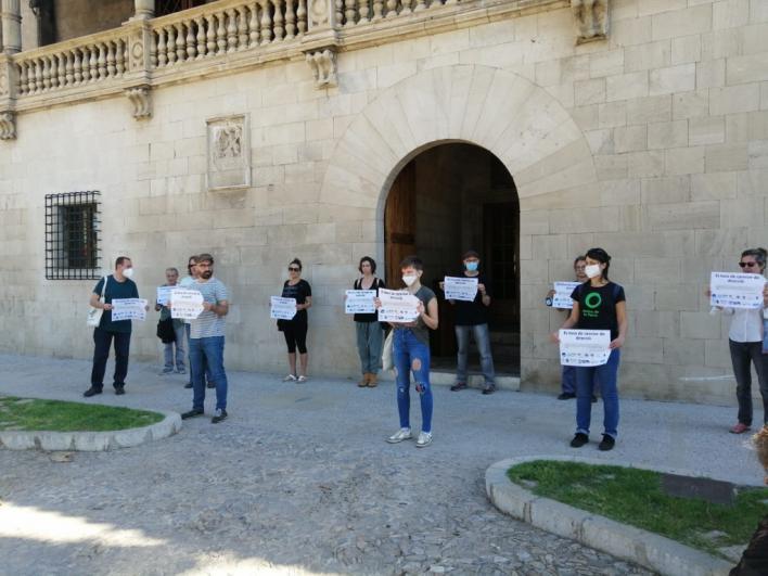 Ecologistas, feministas, docentes y grupos sociales protestan ante el Consolat contra el decreto de reactivación