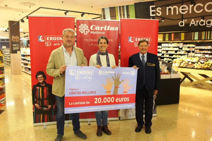 """Eroski entrega 20.000 euros a Càritas Mallorca de la campaña """"Compromís per la dignitat"""""""