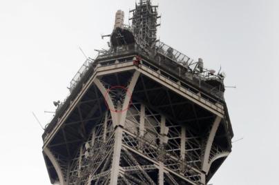 Cerrada la Torre Eiffel por un escalador