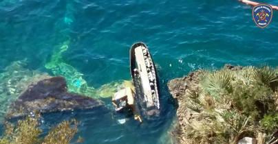 Complejo rescate de un obrero dentro de una excavadora precipitada al mar