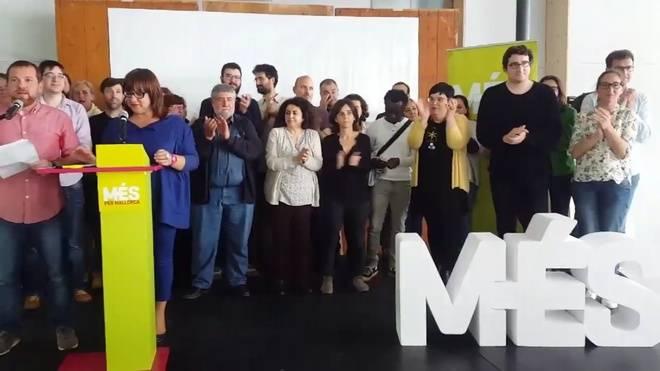 David Abril y Bel Busquets junto al resto de la ejecutiva de Més