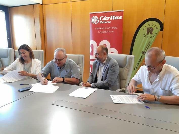 Calvià 2000, Càritas y Deixalles colaboran en la recogida de ropa usada en el municipio