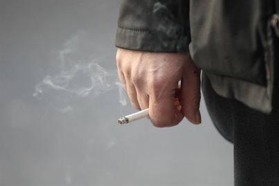 Los fumadores ganan menos y están más tiempo en paro