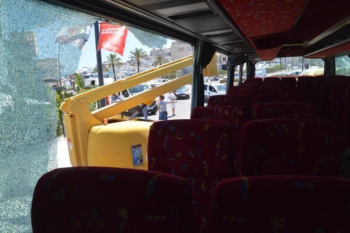Tres pasajeros de un autobús heridos leves tras chocar con una grúa en Ibiza