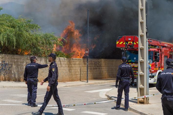 Salen de la UCI los dos ingresados por inhalación de humo tras el incendio del edificio de Ibiza