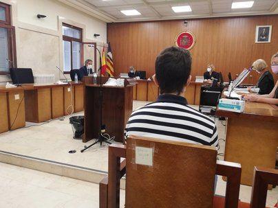 Piden 13 años de cárcel para un joven por violar a una menor con la que después inició una relación