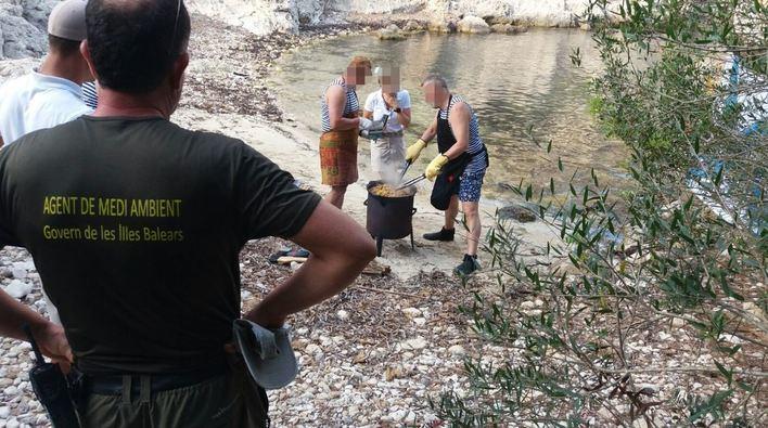 Denunciados por cocinar en cala Figuera en jornada de alto riesgo de incendio