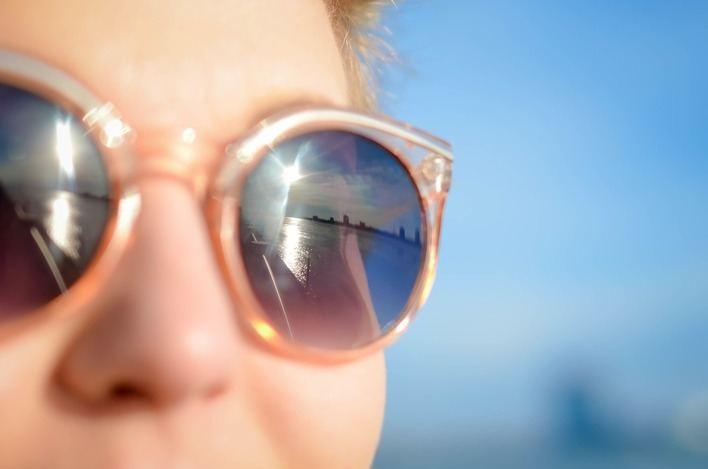 El 30 por ciento de las gafas de sol compradas en el 'top manta' dañan a la vista