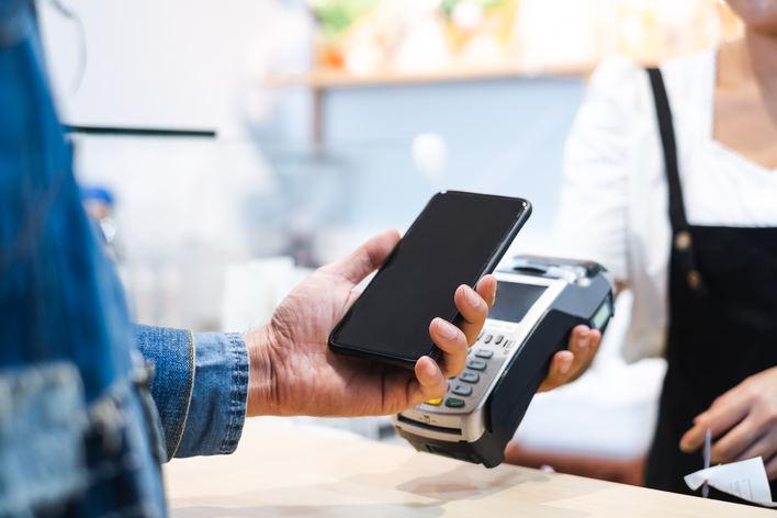 Uno de cada tres españoles se muestra reticente a pagar con el teléfono móvil