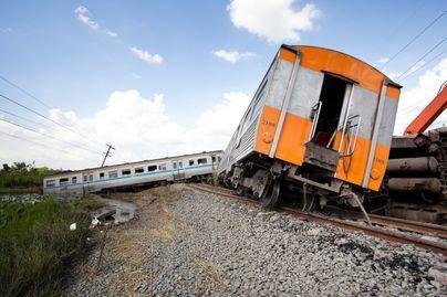 Cinco muertos y más de un centenar de heridos al descarrilar un tren en Bangladesh