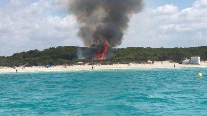 Cientos de bañistas desalojados de Es Trenc por un incendio