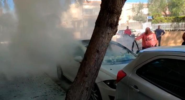 El jefe de prensa de la Policía Nacional y sus vecinos sofocan el incendio de un coche en Inca