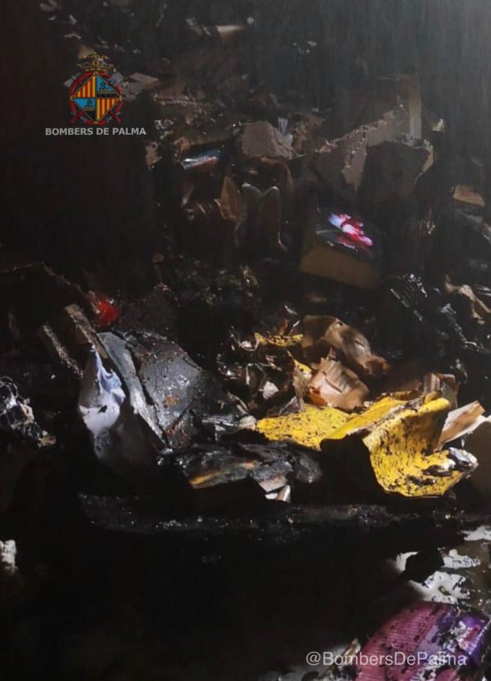 Extinguido un incendio en un ático de la calle Pere Joan Llobet de Palma