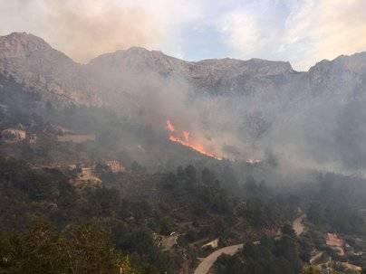 Un incendio de grandes dimensiones está sin control en Mallorca