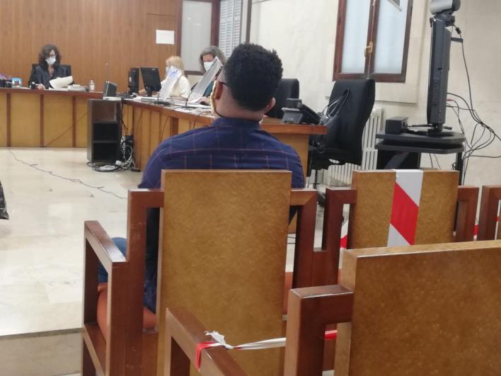 Diez años de cárcel por apuñalar a otro mientras dormía tras una pelea en la que le llamaron 'marica'