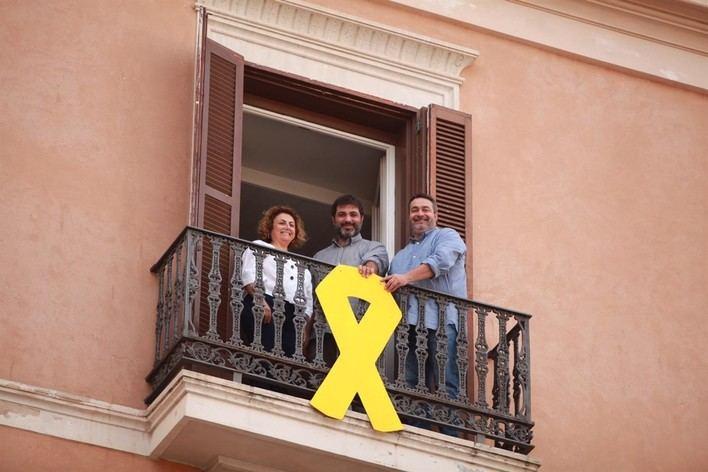 El PP denuncia ante la Junta Electoral el lazo amarillo del Parlament