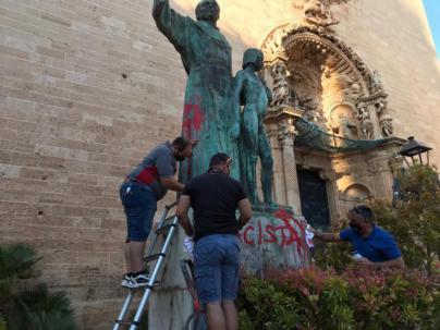 La Hermandad de la Santa Caridad borra las pintadas de