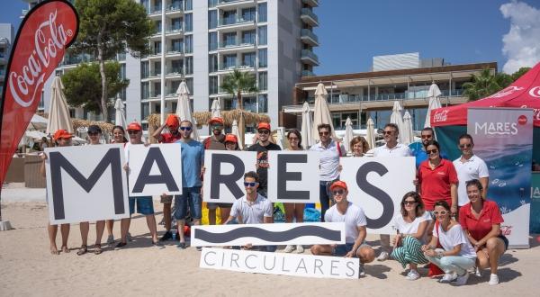 45 voluntarios recogen 27 kilos de colillas, maderas y metales de la playa de Magaluf