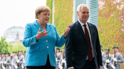 Merkel vuelve a sufrir espasmos en público