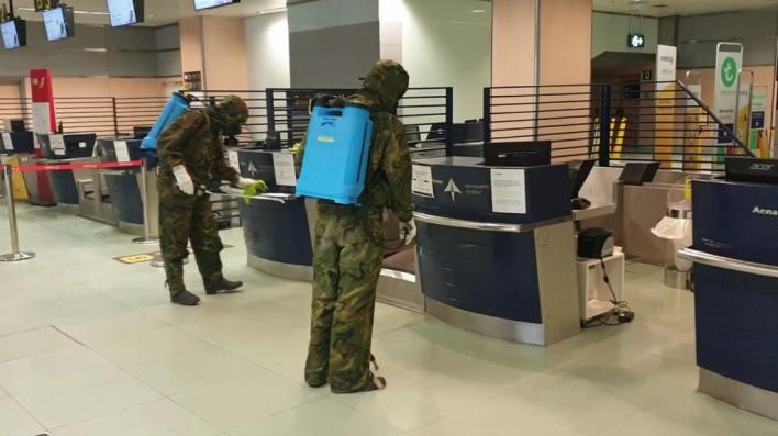 Los militares desinfectan el aeropuerto de Ibiza y la residencia Cas Serres