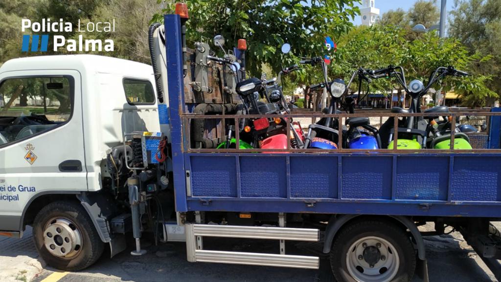 La Policía Local retira 15 motocicletas eléctricas en la Playa de Palma