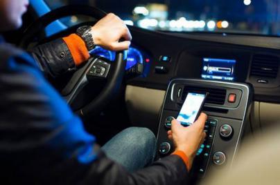 El móvil al volante iguala en multas al alcohol y drogas en Baleares