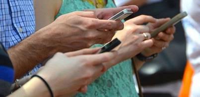 El 45% de los españoles no deja el móvil ni para ir al baño