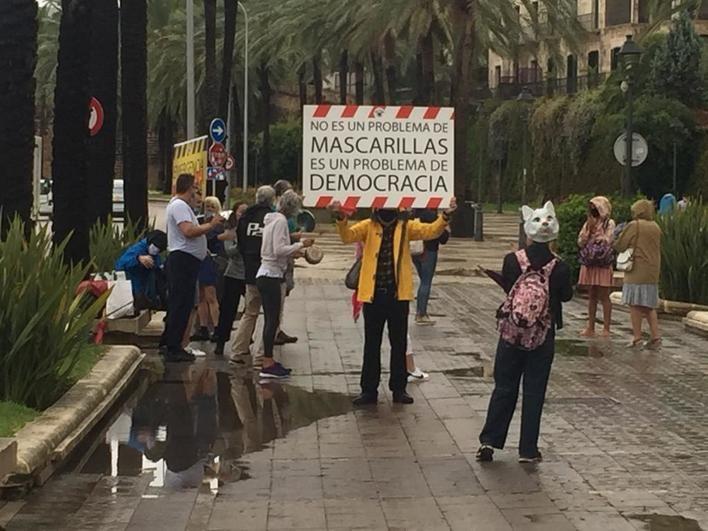 Manifestantes antimascarilla identificados frente al Consolat