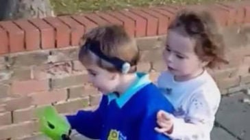 Dos niños de 3 y 4 años pasan la noche con el cadáver de su madre